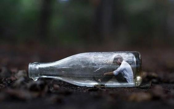 hombre-en-una-botella-pensando-en-lo-que-quieres