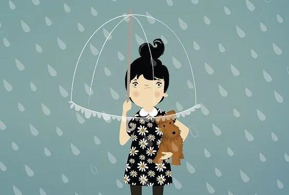 chica enfadada bajo la lluvia