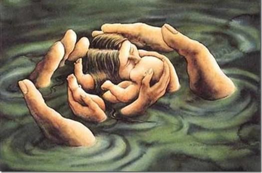 madre y su bebé rodeados de manos