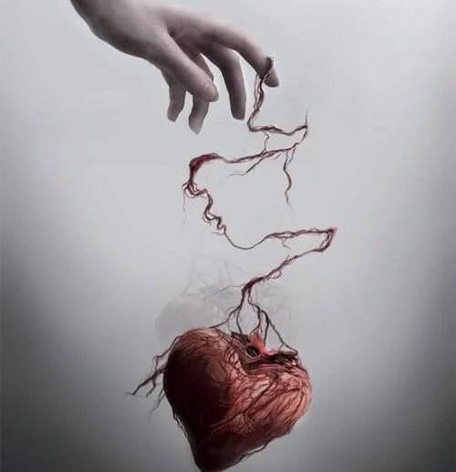 Mano sujetando un corazón maltratado