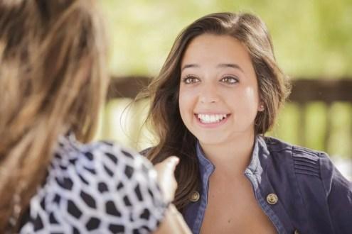 Chica feliz hablando simbolizando a los amigos narcisistas