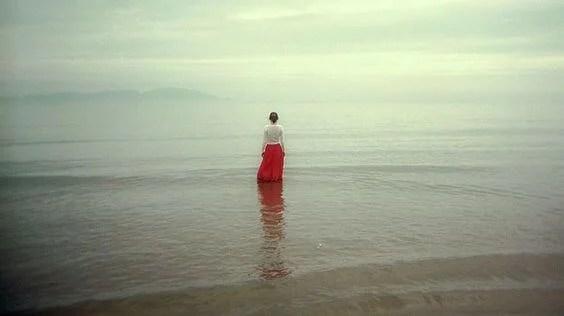 mujer en un mar frío