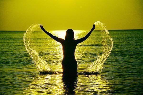 Mujer que siente el agua