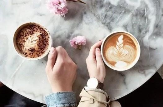 Pareja con un café