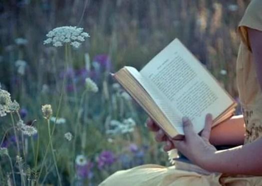 Femme avec un livre sur le terrain, symbolisant les phrases d'Ernesto Sábato