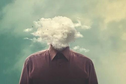 Hombre con la cabeza llena de humo