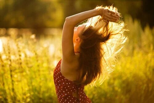 Mujer cogiéndose el pelo con las dos manos