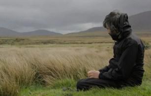 hombre en el campo en silencio