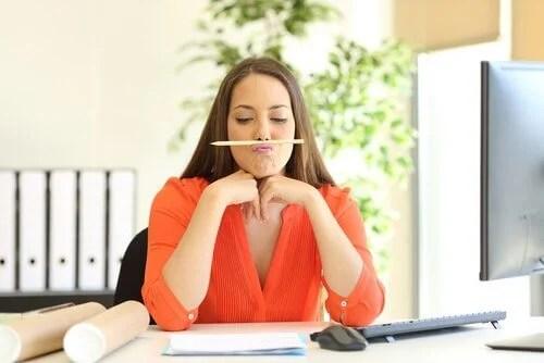 Mujer con un lápiz debajo de la nariz como ejemplo de una persona juguetona