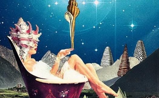 Mujer en una bañera pensando en las personas con éxito