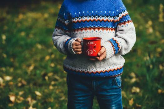 Niño con una taza