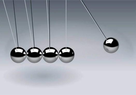 Bolas de Newton como ejemplo de la teoría de campo