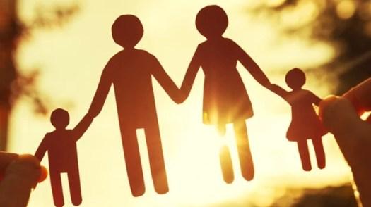 Familia de papel unida por un pactos de silencio