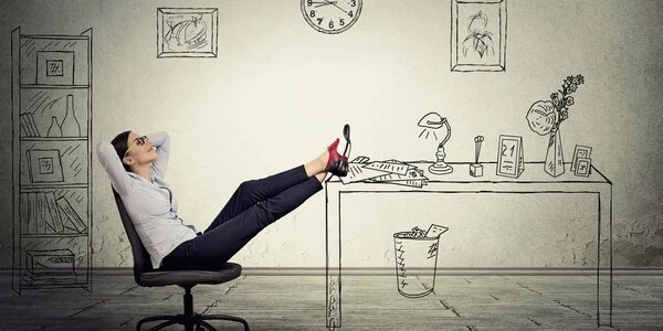 Mujer sin hacer nada pensando en la procrastinación