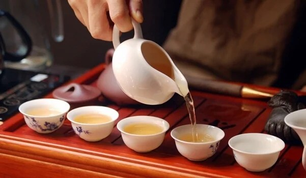 persona llevando a cabo la ceremonia del té