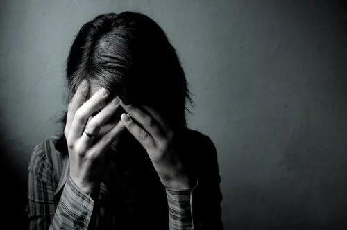 Mujer triste por trastorno de personalidad masoquista