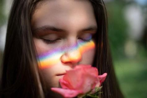 Mulher, cheirando, um, rosa, com, a, reflexão, de, a, arco íris, ligado, dela, bochechas, e, pensando, ligado, a, memórias, de, ontem