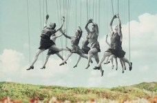 mujeres pendidas de hilos representando las frases de Anthony de Mello