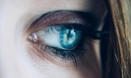 ojo azul triste pensando en cómo deshacernos de las preocupaciones