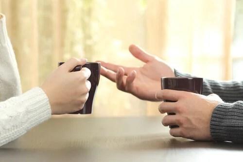 Mains de deux personnes en conversant