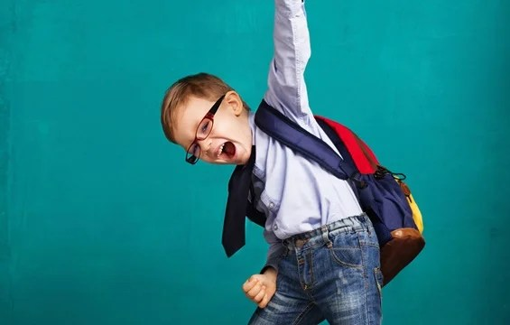 niño feliz con mochila representando como ser perseverantes