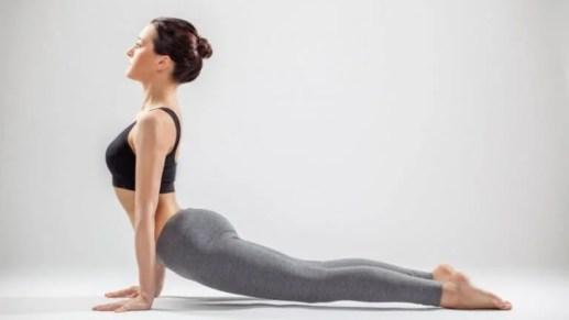 Persona haciendo la pose del perro mientras hace yoga
