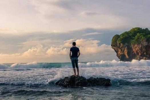 chico en mar pensando en cómo vivir en plenitud