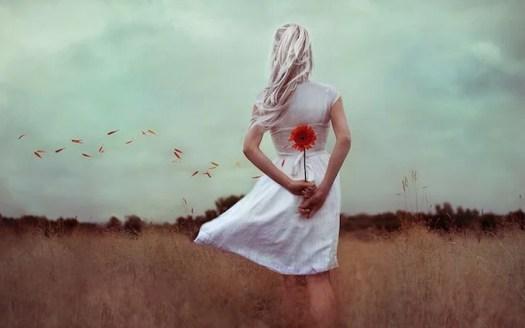 mujer con flor que no ha superado el periodo del duelo