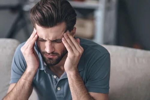 Homem com dor de cabeça de muita testosterona