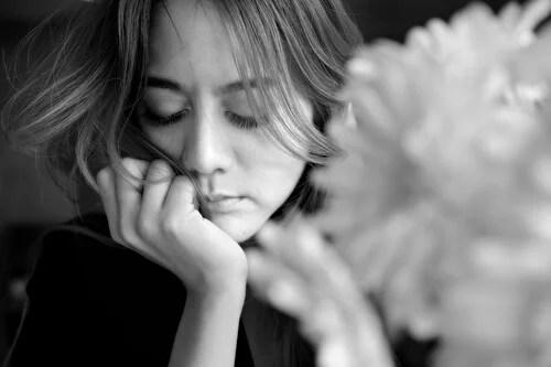 Mujer triste pensando en cómo superar el pasado