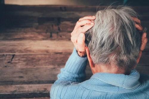 Persona con manos en la cabeza por demencia frontotemporal