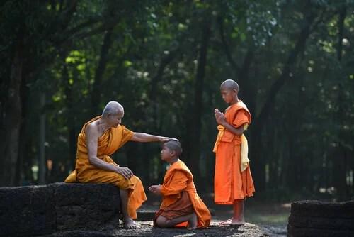Maestro budista con sus discípulos
