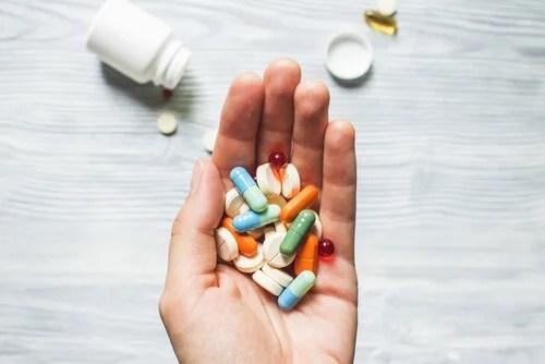 Mano con pastillas