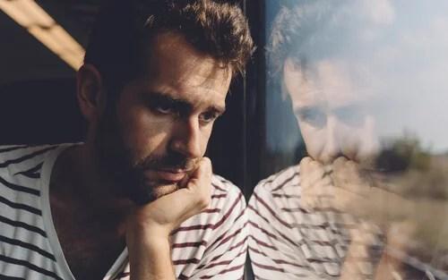 Hombre pensando en el vacío existencial
