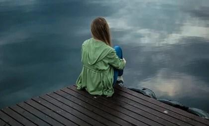 Chica ante el mar simbolizando cuando caemos de nuevo en la depresión