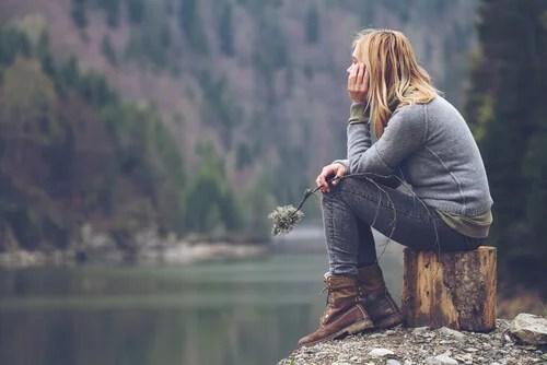 Mujer reflexionando sobre el pensamiento contrafáctico