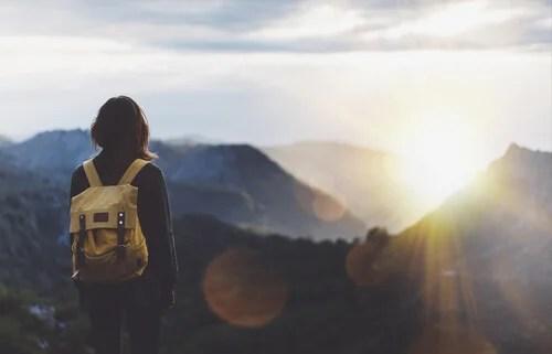 Mujer con una mochila en una montaña