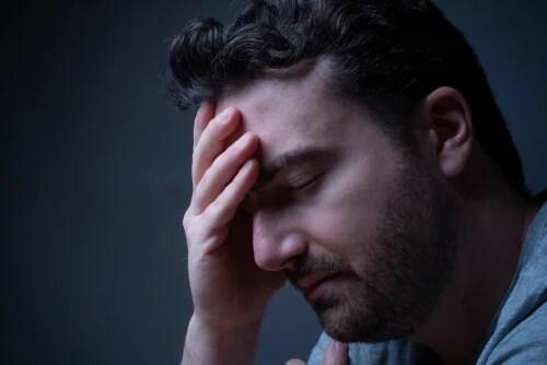 Hombre preocupado que presenta problemas para conciliar el sueño