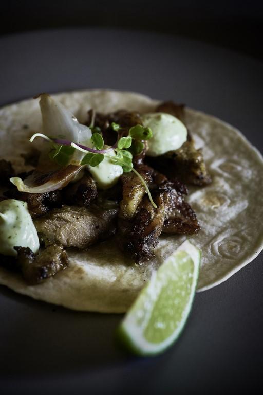 iztac-restaurante-mesa-habla-taco-arabe