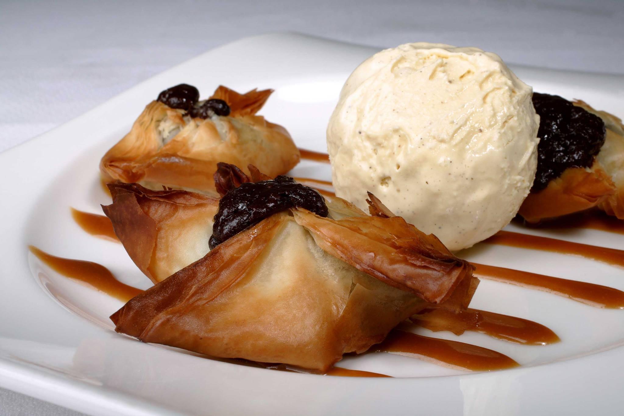 mesa-habla-postre-raviolis-chocolate-caliente-crema-helada-vainilla-jose-maria