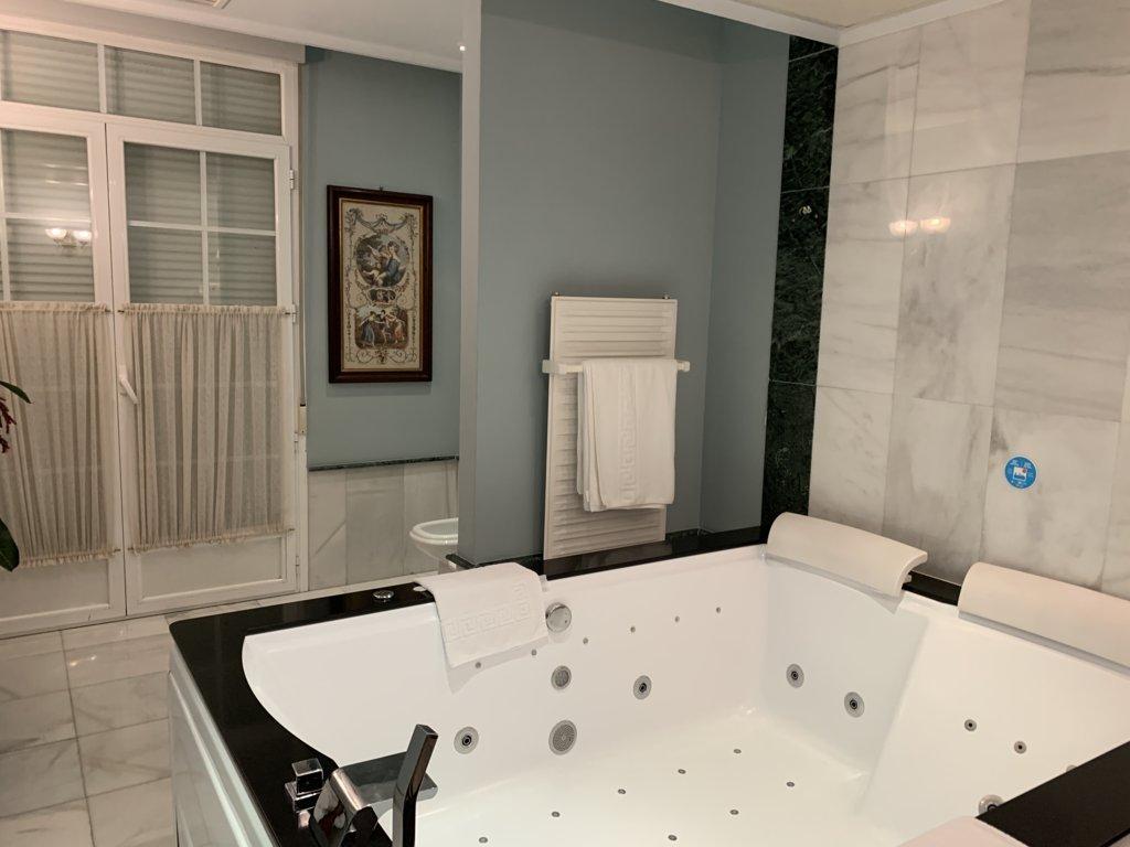 mesa-habla-hotel-palacete-ochava-bano-suite