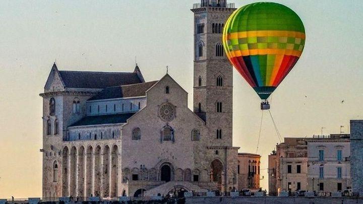 La Puglia scopre la passione per i voli in mongolfiera: è il nuovo trend dei matrimoni