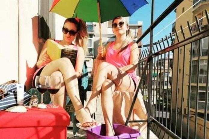 Coronavirus, a Bari il balcone di casa diventa una spiaggia
