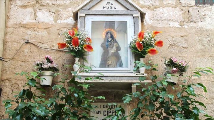 Edicole votive in Puglia: piccole nicchie che raccontano storie di Arte e Fede