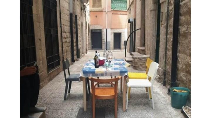 In Puglia arriva la cena anti-movida: tavolate collettive nei vicoli al sabato sera