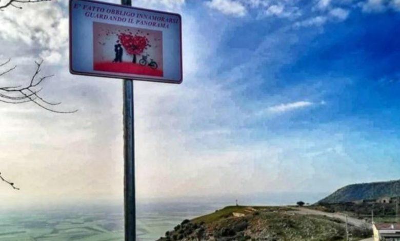 Innamorarsi in Puglia: il cartello che invita all'amore di Rignano Garganico
