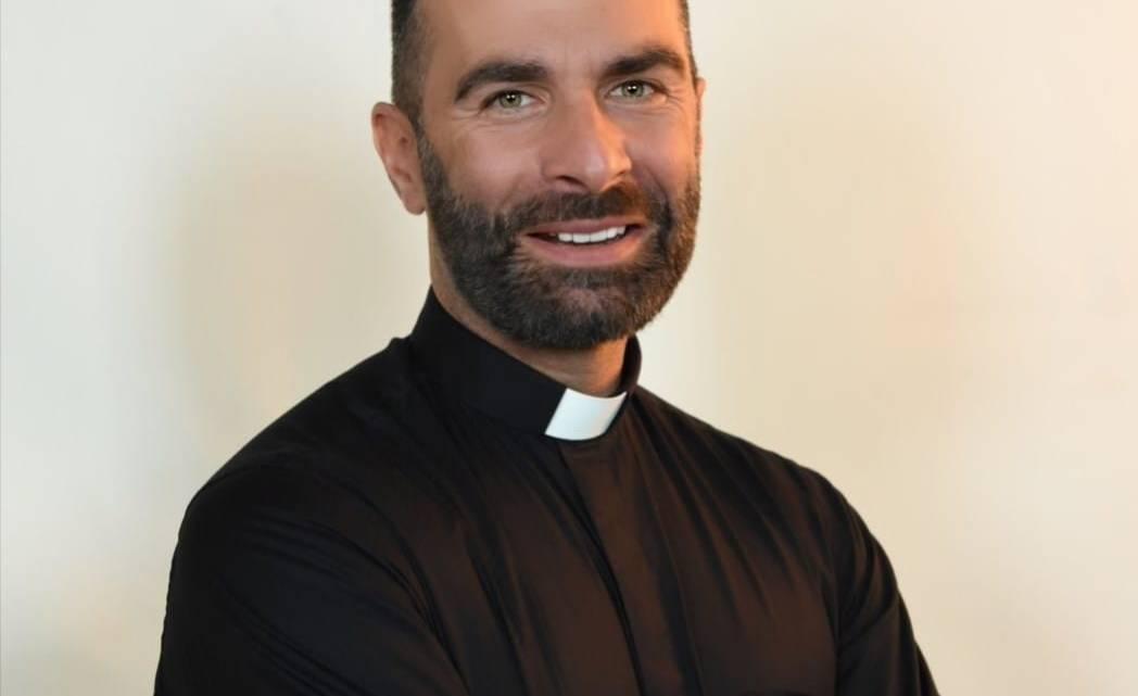 """Don Cosimo Schena, il prete social pugliese: """"Sul web mi conoscono come Poeta dell'Amore"""""""