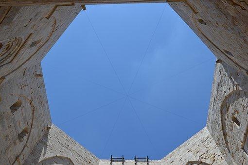 Castel del Monte: misteri e leggende di uno dei luoghi più magici d'Italia