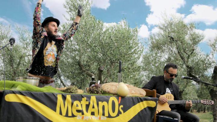 """Metano's, lo spettacolo """"L'Acquasala salverà il mondo"""": le tradizioni del Gargano in giro per l'Italia"""