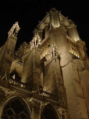 Notre-Dame de Paris torri notte